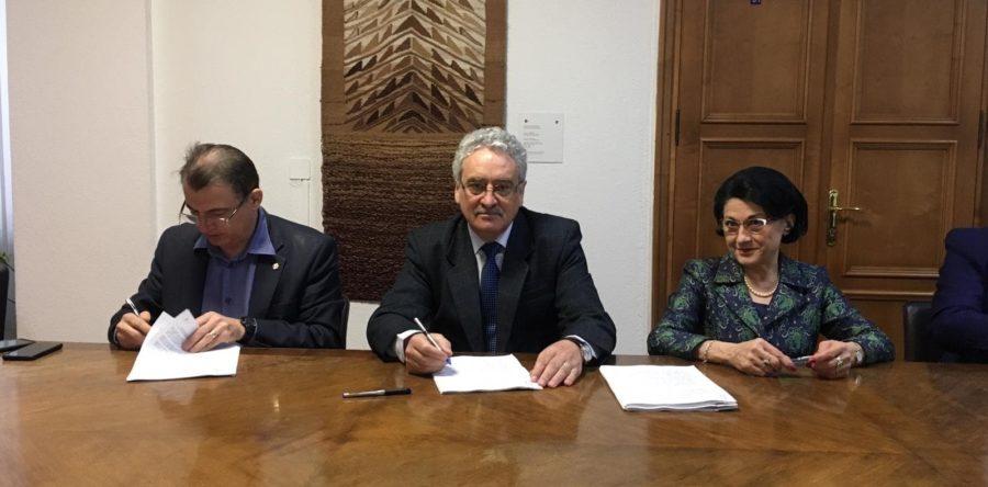 Semnarea Contractului Colectiv de Muncă în sistemul de învățământ între ministrul Educației Naționale, Ecaterina Andronescu, și conducerile federațiilor reprezentative.